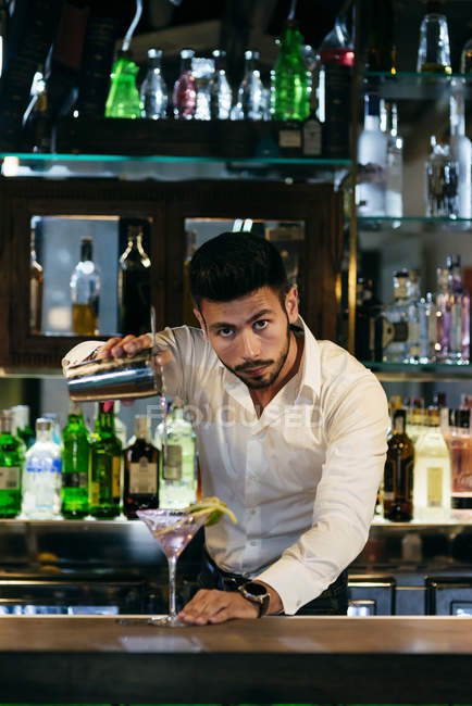 Barista versando cocktail — Foto stock