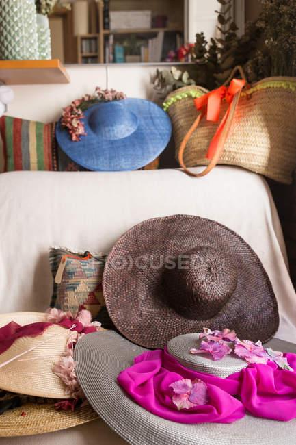 Красивые женские шляпы на диване — стоковое фото