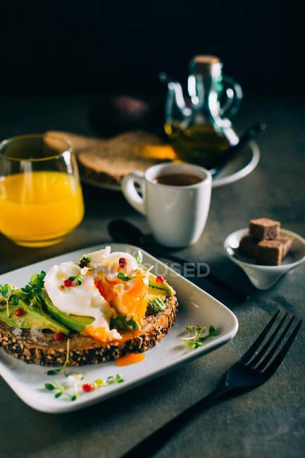 Бранч з кава, апельсиновий сік і тости — стокове фото