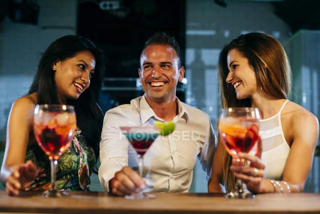 Lachen von Freunden in der Bar — Stockfoto