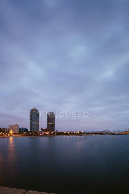 Küstenlandschaft mit Wolkenkratzern gegen den Abendhimmel — Stockfoto