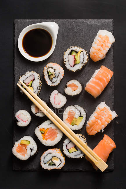 Sushi auf Holztisch serviert — Stockfoto