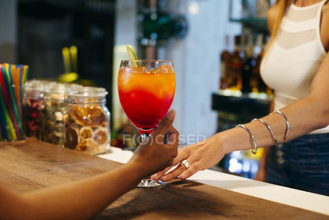 Hands of barman and client — Stock Photo