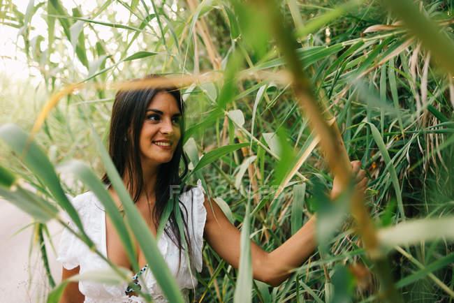 Портрет молодой женщины в саду — стоковое фото