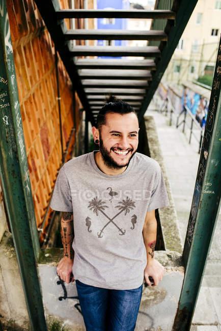 Fröhlicher Youngster posiert auf der Straße — Stockfoto
