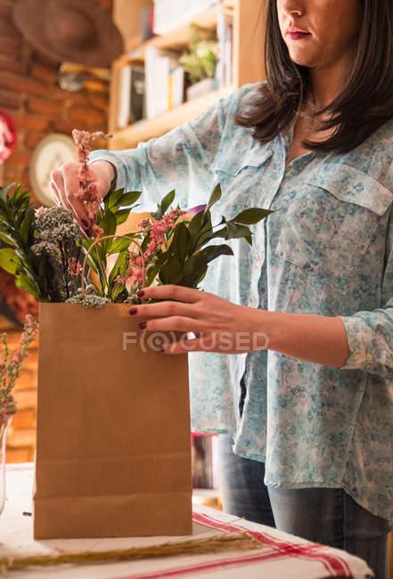 Человек, собирающий цветы в мешок — стоковое фото
