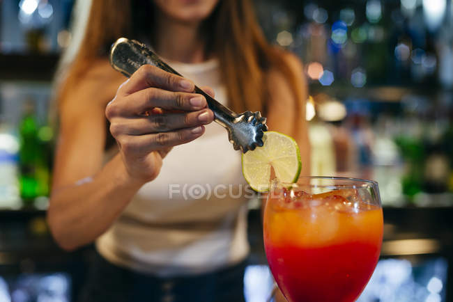 Barkeeperin serviert Cocktail — Stockfoto