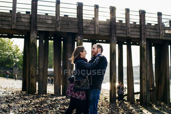 Couple embracing on coast — Stock Photo