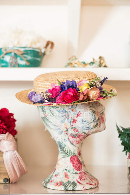 Head mannequin with pretty hat — Stock Photo