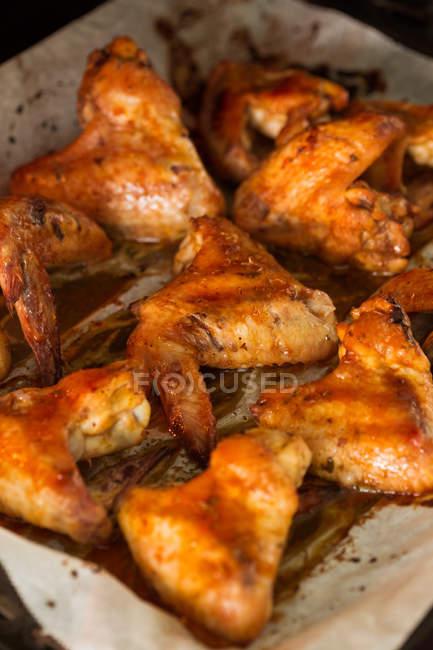 Alitas de pollo asado - foto de stock