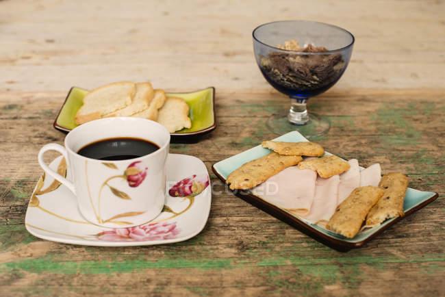 Tisch mit Kaffee und Frühstück Essen — Stockfoto