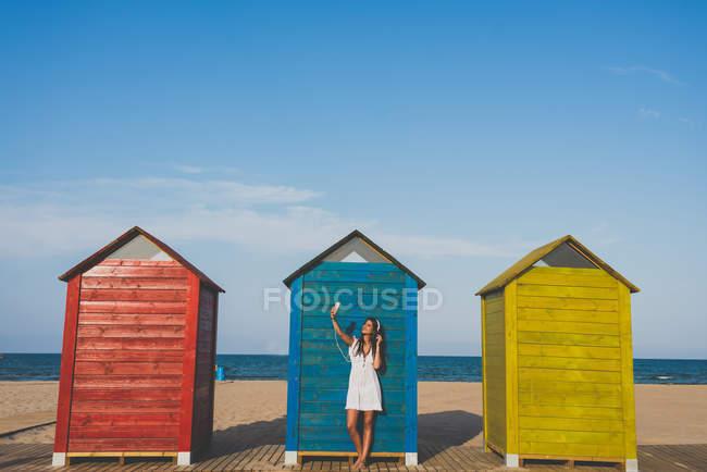 Весела дівчинка на пляжі — стокове фото