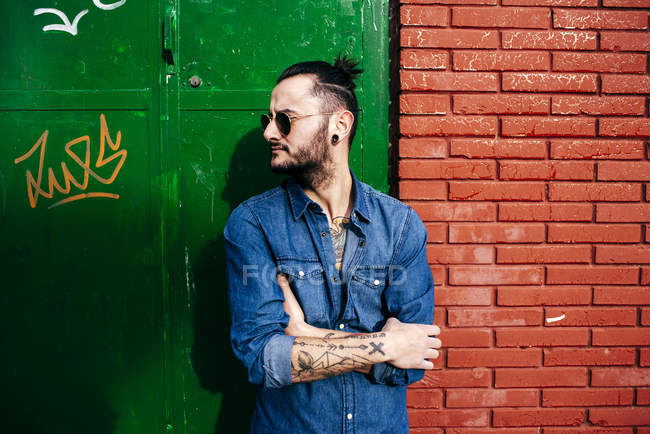Hipster man posing with hands crossed — Stock Photo