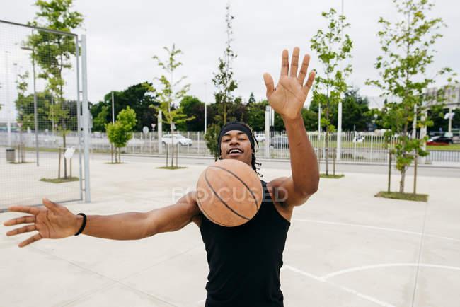 Чёрный мужчина играет в баскетбол — стоковое фото