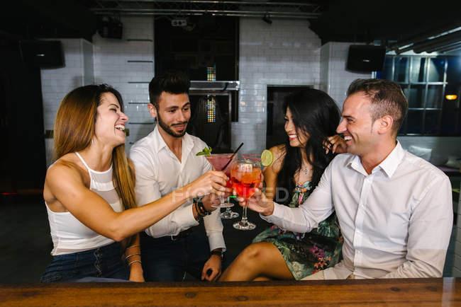 Freunde toasten in bar — Stockfoto