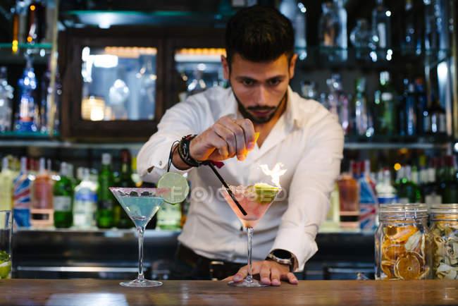 Barman fare cocktail — Foto stock