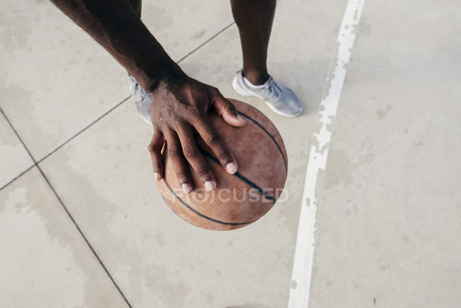 Crop man with basketball — Stock Photo