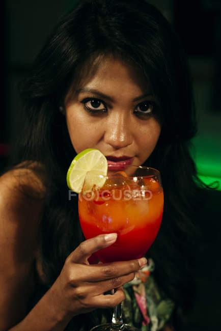 Веселая женщина пьет коктейль — стоковое фото