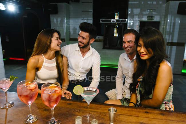 Друзі, коктейлі в м. бар — стокове фото