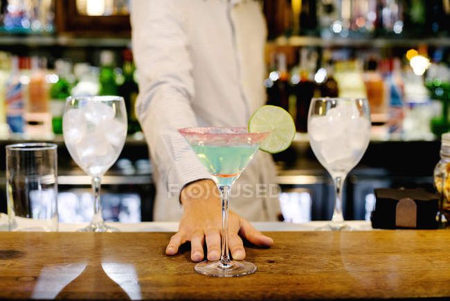 Hand des Barkeepers mit Cocktail — Stockfoto