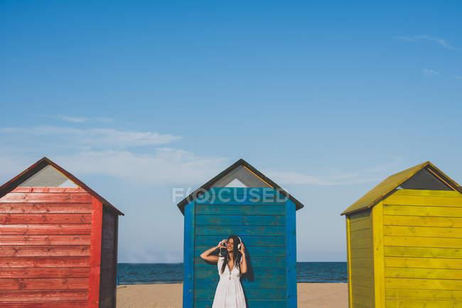 Усміхається жінка на пляжі — стокове фото