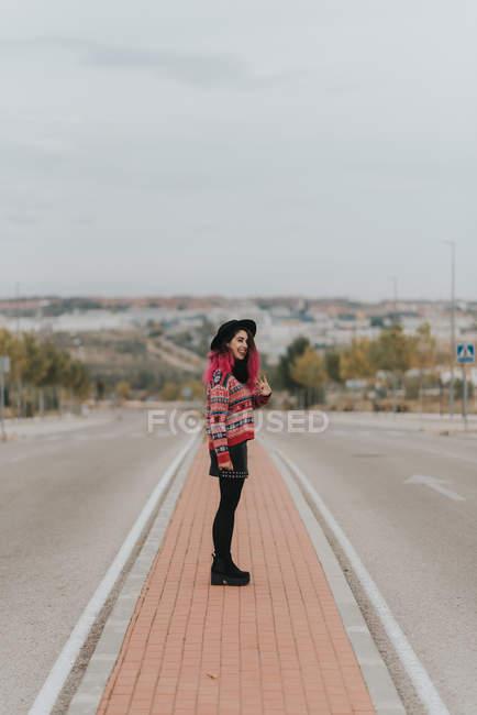 Девушка позирует на городских дорог — стоковое фото