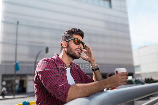 Beau homme avec du café — Photo de stock