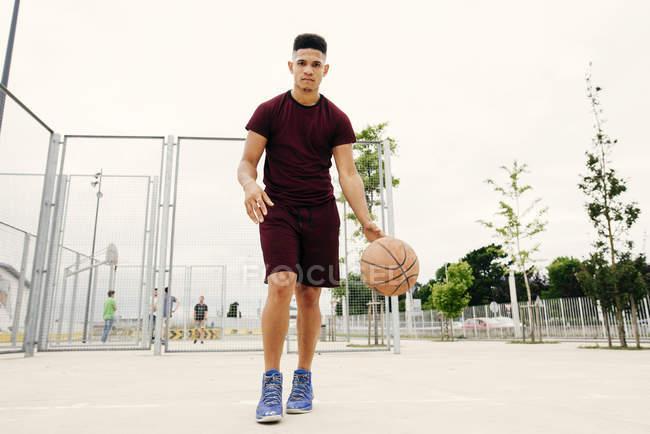 Мужчина бегает с баскетболом — стоковое фото