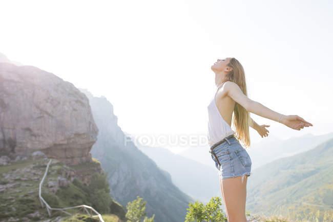 Girl enjoying beautiful horizon — Stock Photo