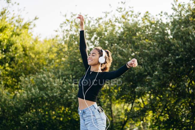 Fröhlich fröhlicher Teenager mit Kopfhörern — Stockfoto