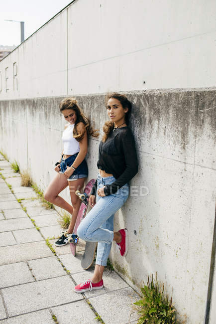 Модные девушки со скейтбордами — стоковое фото