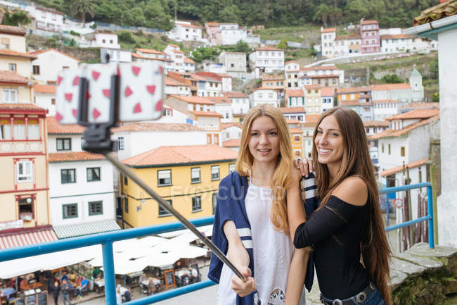 Two girls taking selfie over cityscape — Stock Photo
