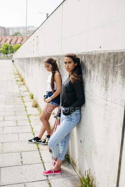 Chicas de moda con patinetas - foto de stock