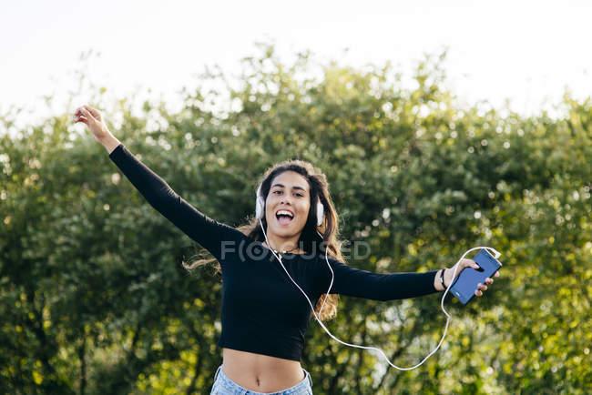 Веселый счастливый подросток в наушниках — стоковое фото