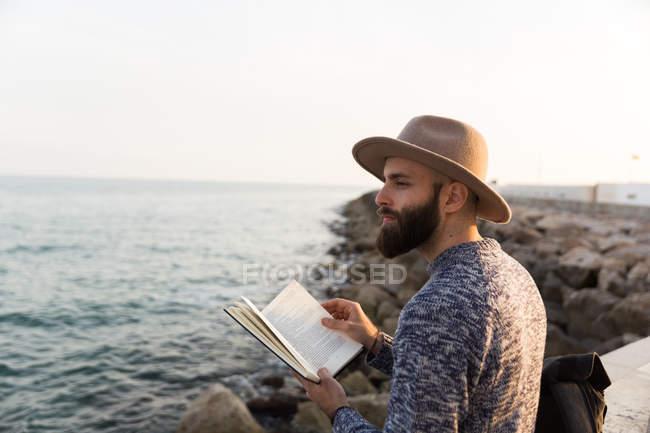 Модний hipster читання книги — стокове фото