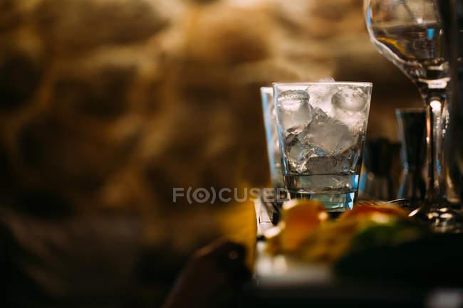 Bicchieri di cocktail in pub — Foto stock