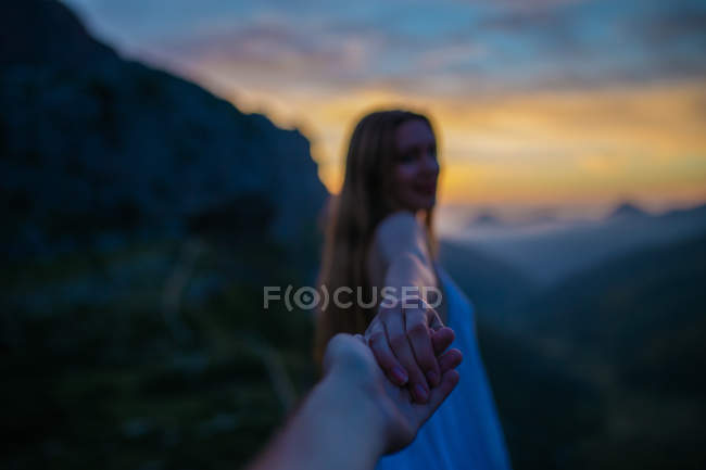 Девушка в белом платье взялась за руку — стоковое фото