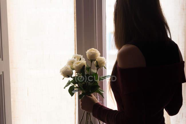 Weibchen mit Rosen — Stockfoto