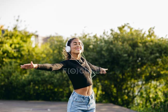 Веселий щасливий підлітка в навушниках — стокове фото