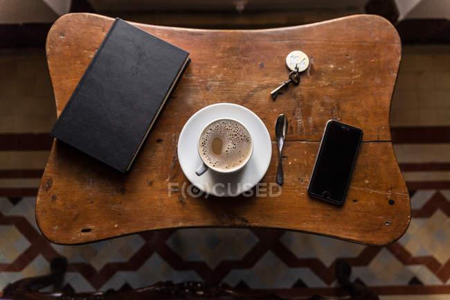 Von oben Aufnahme von Kaffee und Gadgets — Stockfoto