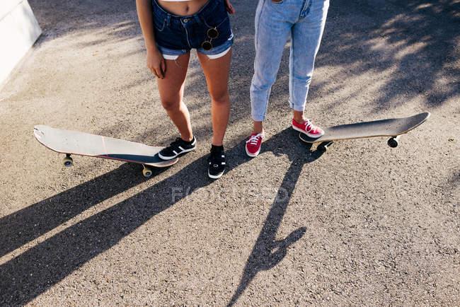 Crop women on skates — Stock Photo