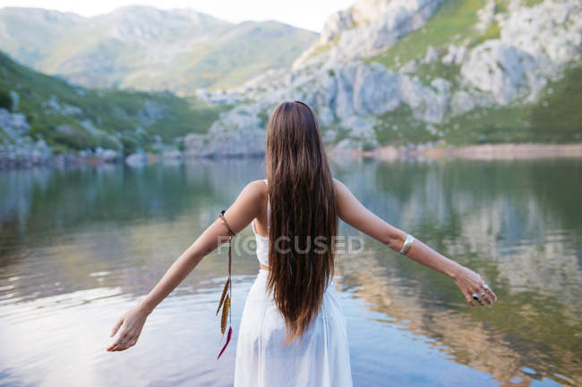 Giovane ragazza in posa con abito bianco nel lago . — Foto stock