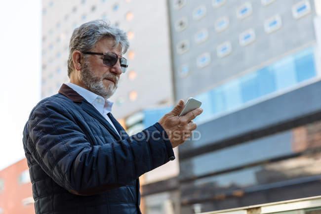 Homme âgé élégant avec smartphone — Photo de stock