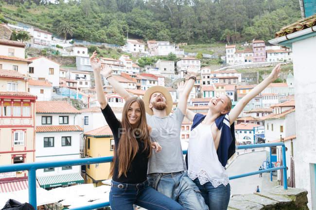 Троє друзів захоплюючі над міський пейзаж — стокове фото