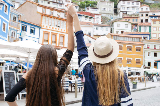 Two girls holding hands up — Stock Photo