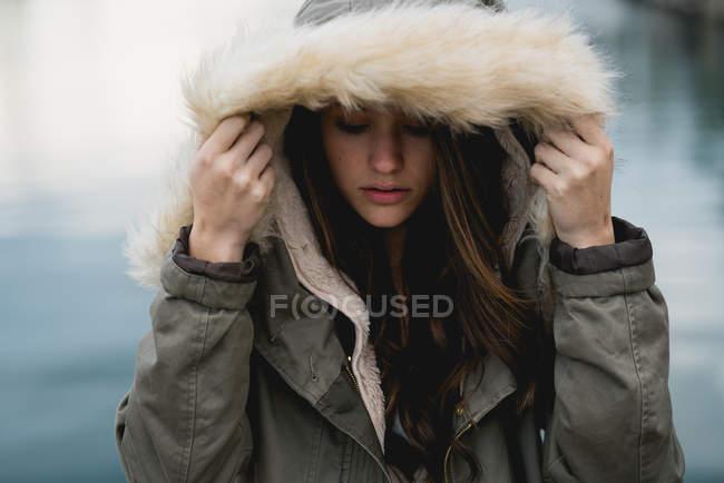 Cubierta de mujer con capucha - foto de stock