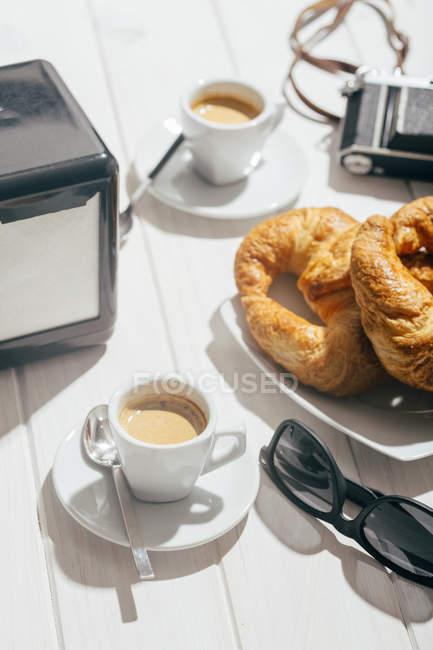 Tazze da caffè espresso e croissant — Foto stock