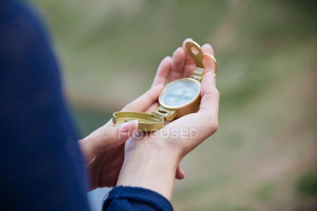 Chiuda sulla vista del Compasso d'oro in mano femminile — Foto stock