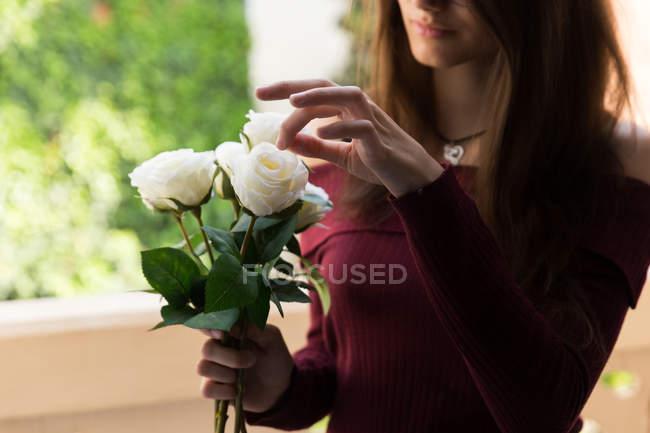 Schönes Weibchen mit Rosen — Stockfoto