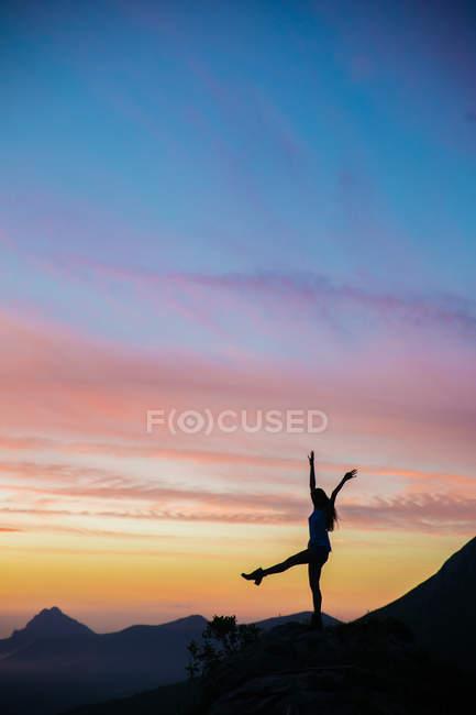 Силует туристичну cheering захід сонця з руки і ноги проти дивовижні небо — стокове фото